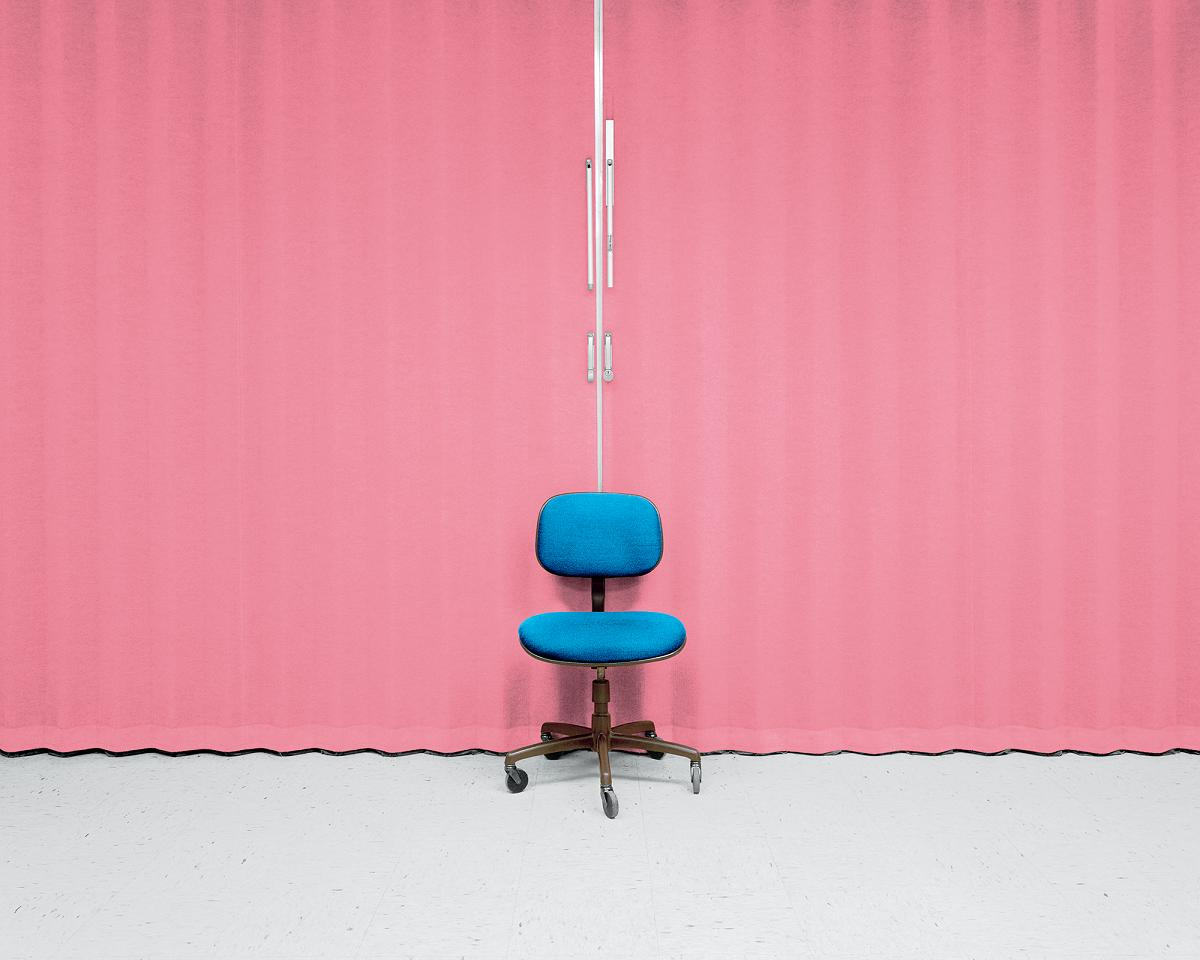 Matthew Brooks: Chair in front of curtain. (2016). Digital C-print; 40 x 50 in /101.6 x 127 cm.